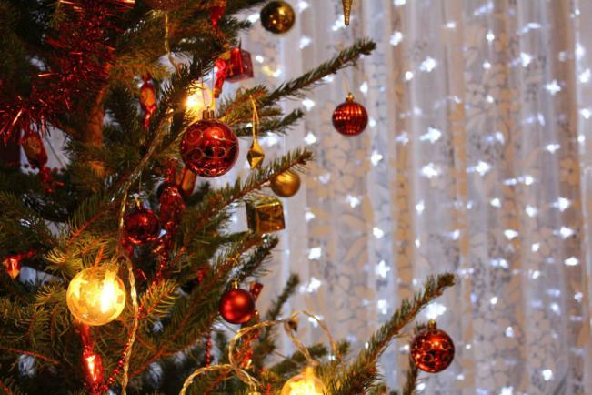 Szaloncukorral díszített hagyományos magyar karácsonyfa
