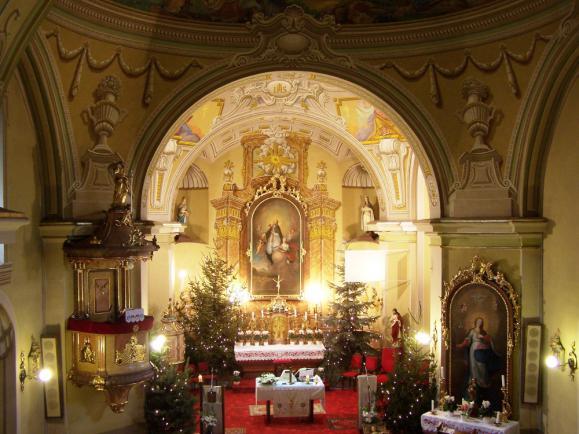A Rákoscsabai Főplébániatemplom oltára karácsonyi díszben