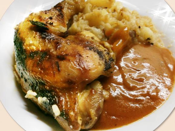 Alapanyagok – 8 személyre vagy 4 személy 2 napi ebédjére 8 db csirke comb, 4 fej vöröshagyma, 1 fej fokhagyma, só, őrölt fekete bors, 8-10 dkg zsiradék