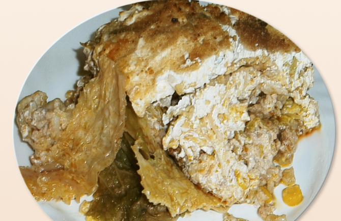 Alapanyagok: 1-1,5 kg kelkáposzta, 1 kis fej karfiol, 1 kg darált sertéscomb, 1 nagyobb fej vöröshagyma, 5-6 gerezd fokhagyma, 1 db zöldpaprika, 1 db paradicsom, 1-2 ek só, 3 tk őrölt pirospaprika, 15 dk rizs, 1 db húsleves kocka, 1 tk őröltbors, 1 tk őrölt kömény, 20-25 dk füstölt szalonna, 800-1000 g tejföl, 15 dk prézli
