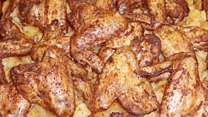 Alapanyagok 4 személyre: 1-1,5 kg csirkeszárny, 1 zacskó fűszerkeverék – Kotányi - , 2-3 kg krumpli, só,10 dk zsiradék
