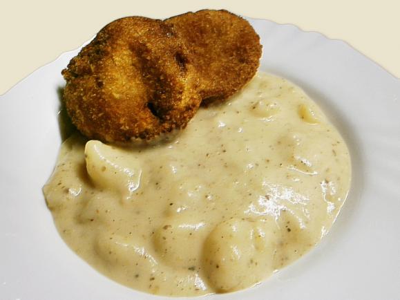 Alapanyagok: 1-1,5 kg krumpli, 10-15 dkg füstölt szalonna, 1 fej vöröshagyma, 1 kk. őrölt bors, 1-2 kk. szárított tárkony, 7-8 dkg liszt, 3-4 dl tejföl, 3-4 babérlevél - ízlés szerint: só, ecet, cukor – A krumplit meghámozom - nagyon praktikus a krumplihámozó kés, és nem is drága - Kockákra vágom, beleteszem egy nagyon edénybe.