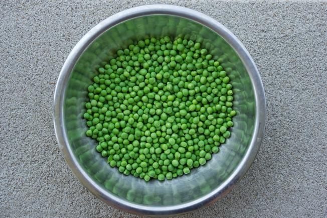 Alapanyagok 0,5 kg zöldborsó (fagyasztott-vagy -1,5 kg friss), 8-10 dk vaj, vagy 1-1,5 ek zsír, 2-3 cs petrezselyem, só ízlés szerint, 6-8 dk liszt, 2,5 dl tejszín, cukor ízlés szerint