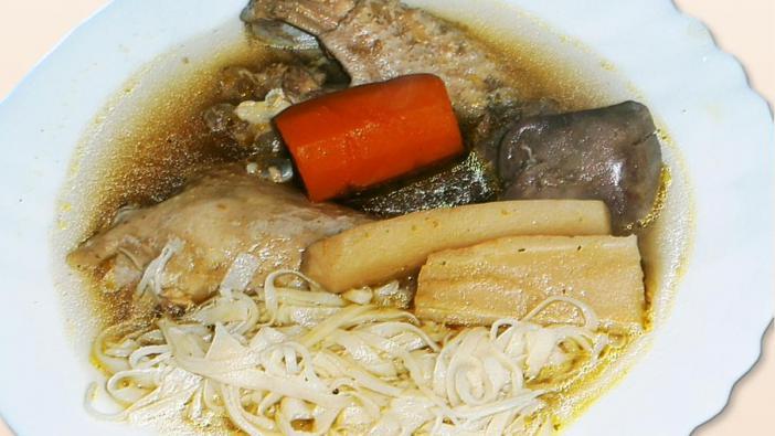 Alapanyagok 1,5-2 kg marhahús – lábszár, szegy, fartő ( a szegy nem alkalmas a szeletelésre, de a levesnek jó ízt ad) -,5 dkg vöröshagyma, 10 dkg sárgarépa, 10 dkg fehérrépa, 1 közepes zellergumó, 5 dkg paradicsom, 2 dkg friss gyömbér – szárítottból, egy mokkacukornyi darab -, 4-5 gerezd fokhagyma, 2-3 szál zeller zöld, 1,5 evőkanál só, 1 teáskanál szemes bors, 3 liter víz, 2-3 húsleves-kocka