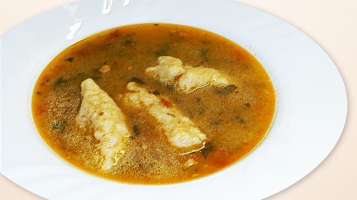 Alapanyagok Főt tészta leve, 1 fej vöröshagyma, a cs. zeller-levél, 1 db paradicsom, vagy 1-2 ek sűrített paradicsom, 1 tk fűszer paprika, só, 1-2 dk zsiradék - füstölt szalonnával a legjobb, cérnametélt (házi a legjobb és legolcsóbb), vagy nagyméretű galuska