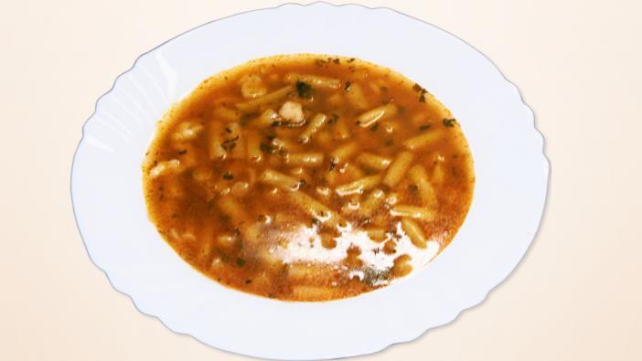 Alapanyagok Leveshez 80 dkg mirelit- vagy 1 kg friss zöldbab – én a fagyasztottat szeretem, ha nincs friss -, 1,5-2 liter víz, 3-4 szál zeller zöldje – lehet egészbe, de én fölaprítom géppel -, 2-3 kávéskanál só a levesbe Rántáshoz 3 dkg zsír, v. olaj, 1 dkg liszt rántáshoz, Fokhagyma (ízlés szerint 2-5 gerezd között – én sokat teszek bele), 1-2 teáskanál fűszer paprika, 1-2 evőkanál paradicsom püré Galuskához 2 tojás, 10 dkg liszt, 0,5 kávéskanál só, 2 db hús-, vagy zöldségleves kocka