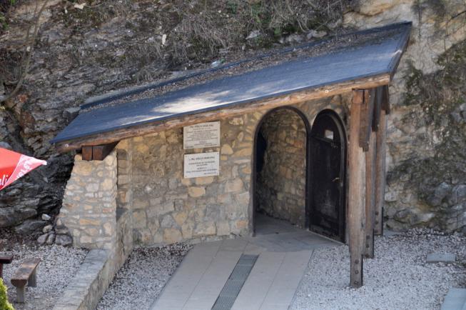 Pál-völgyi-cseppkőbarlang, Szemlő-hegyi-barlang, Szent István-bazilika